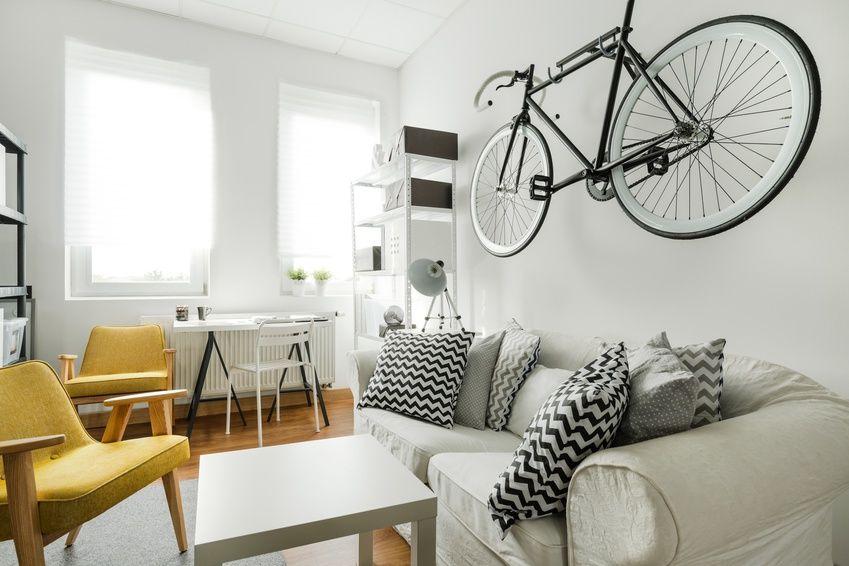 rower na ścianie, salon