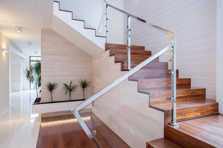 Projektowanie wnętrz i schodów ze szklaną balustradą Lublin